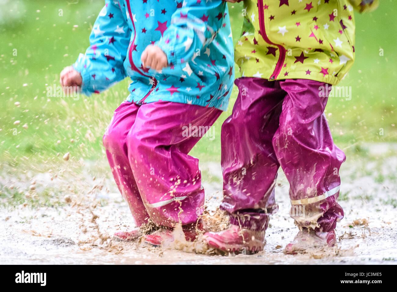 In Pfütze Und Kinder Gummistiefeln Regenkleidung Springen XOkiuTZP