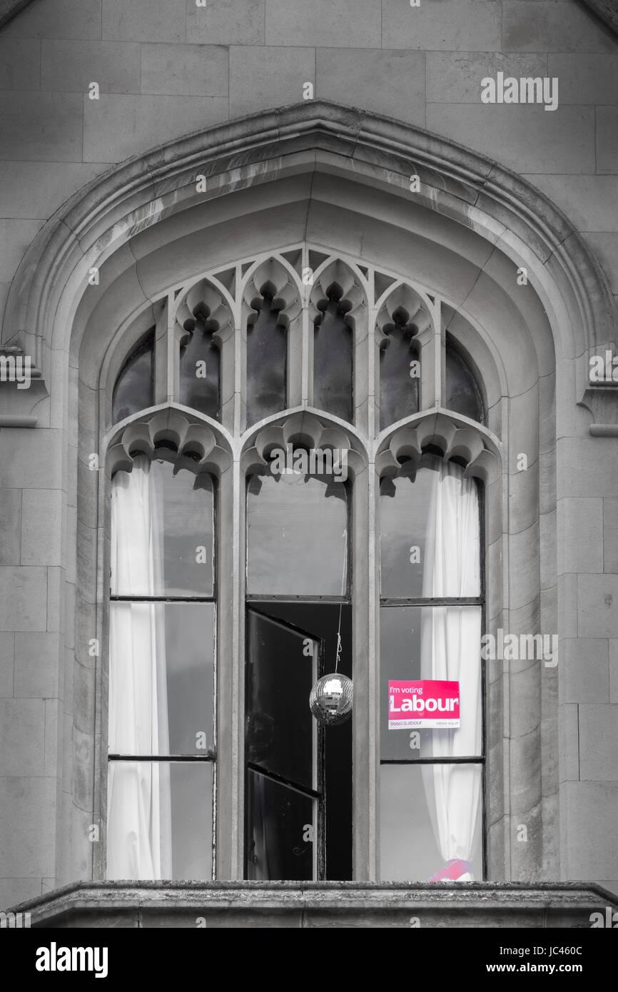 Wahlkampf-Plakat in einem Fenster des Kings College, Universität Cambridge, England, für den lokalen Labour Stockbild