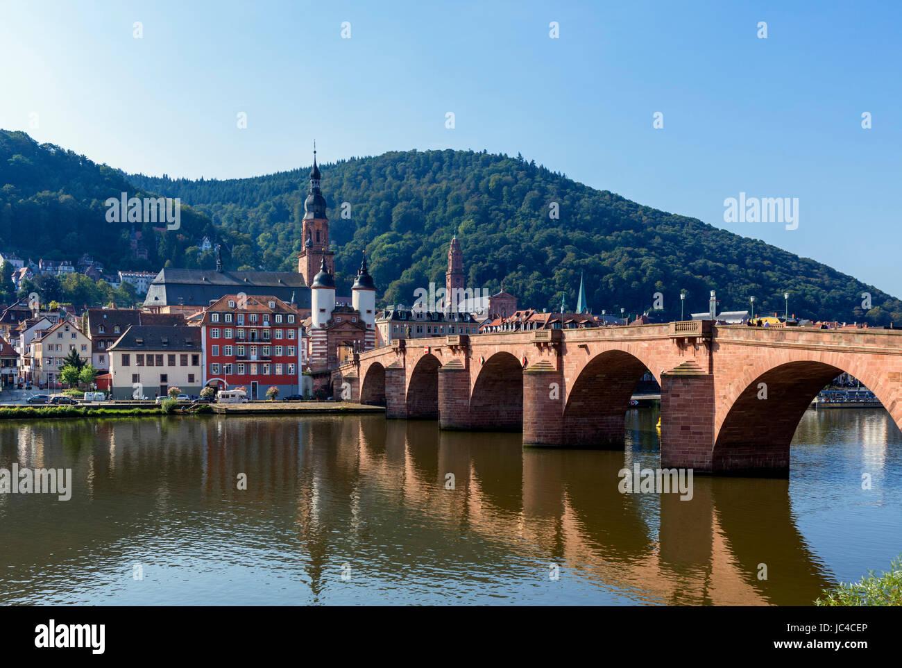 Der Fluss Necke, die Altstadt und die alte Brücke, Heidelberg, Baden-Württemberg, Deutschland Stockbild