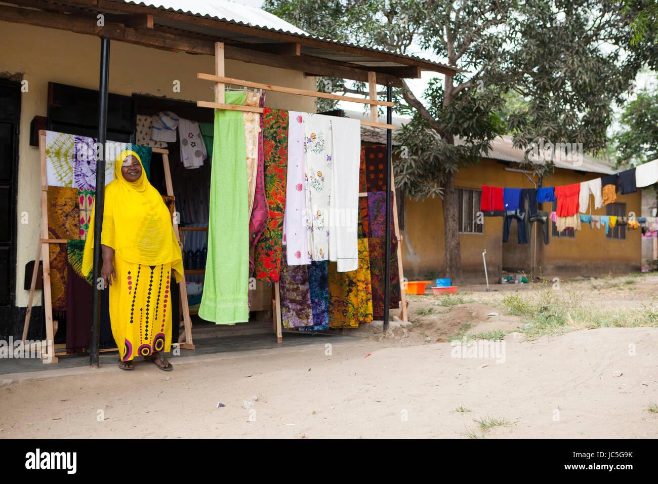 Eine weibliche Kleine batik Geschäftsinhaber in Tansania, Afrika Stockbild