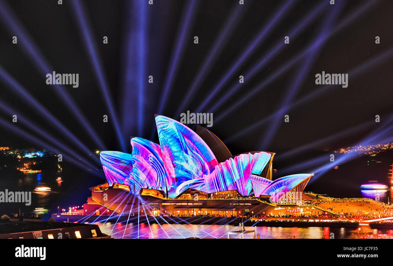 Sydney, Australien - 12. Juni 2017: Bündel von blauem Licht strahlen schneiden gegen das Sydney Opera House Stockbild
