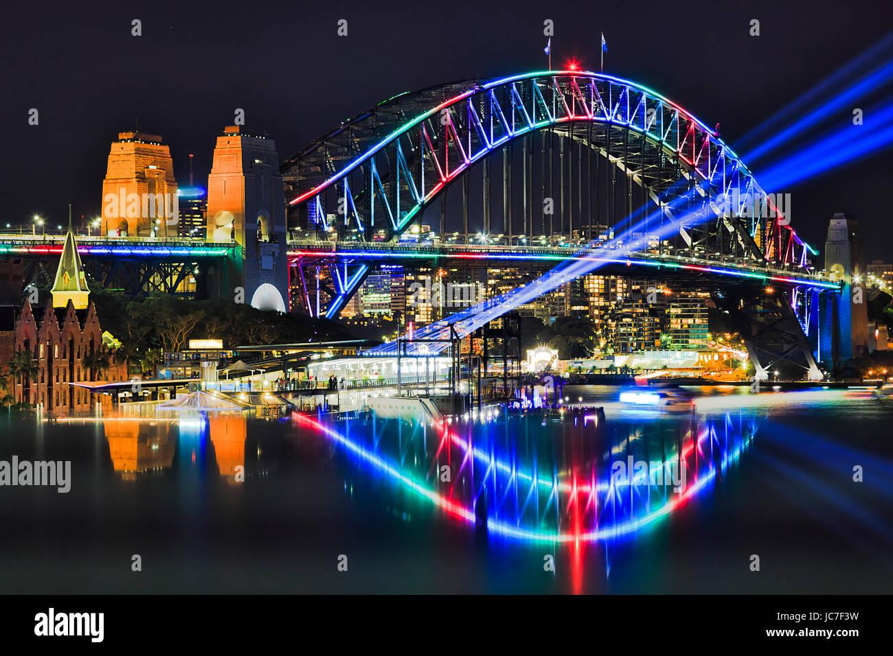 Multi Farbe Bogen der Sydney Harbour Bridge mit unscharfen Reflexion bei Vivid Sydney Festival im Jahr 2017. Blaue Stockbild
