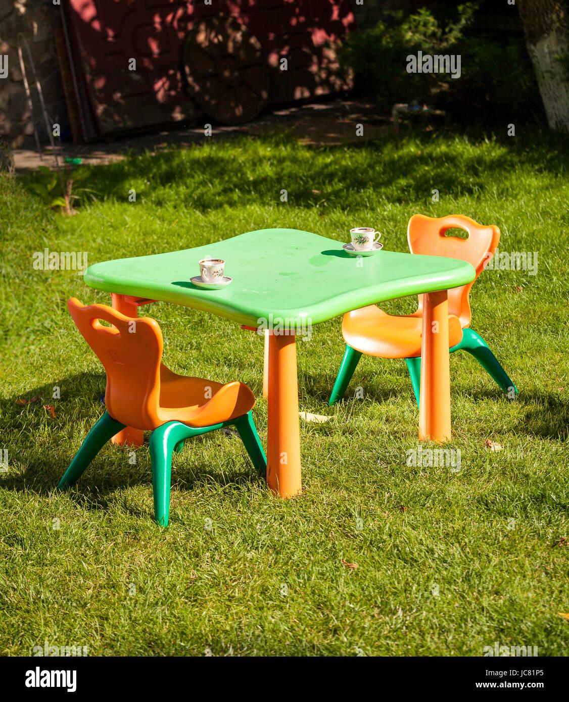 Im Freien Schuss Aus Kunststoff Kinderstuhl Und Tisch Auf Dem Rasen