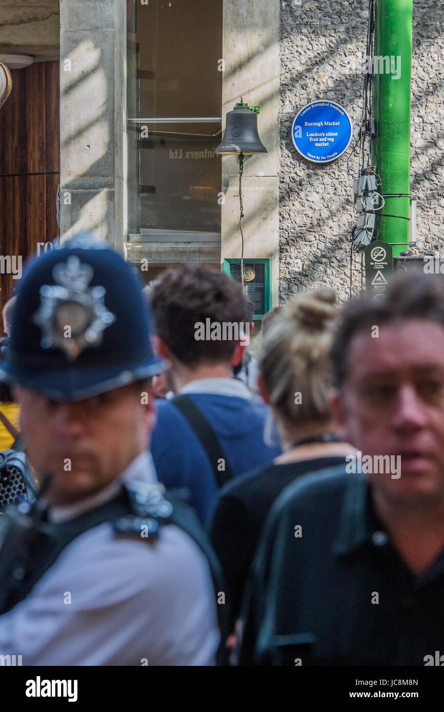 London, UK. 14. Juni 2017. Behörden mit Polizei und Sanitäter unübersehbar wachsam bleiben - die Markt-Wiedereröffnung Stockfoto