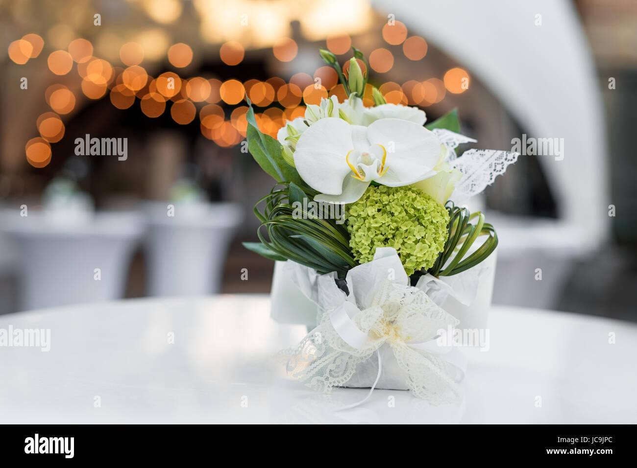 Blumen Auf Dem Tisch Im Restaurant Im Freien Innenraum Einer Sommer