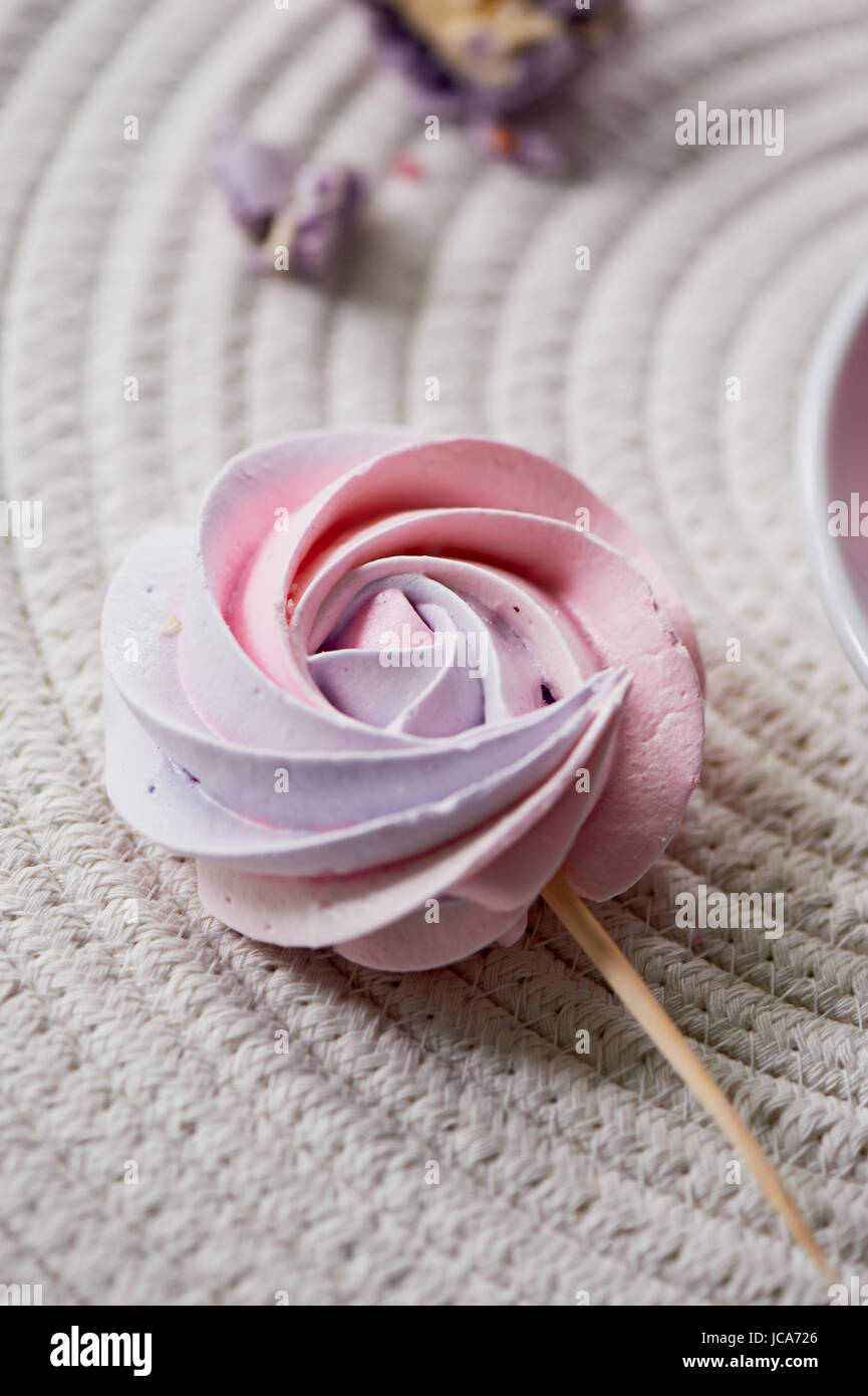 Blass rosa Pastell Baiser auf einem Stick. Die süße, die Kinder lieben. Kindergeburtstag Stockbild