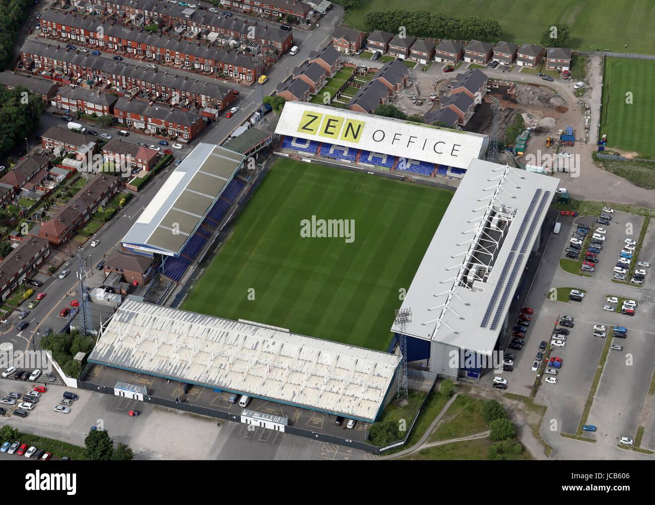 Luftaufnahme von Oldham Athletic Boundary Park Stadion Fußballplatz, UK Stockbild