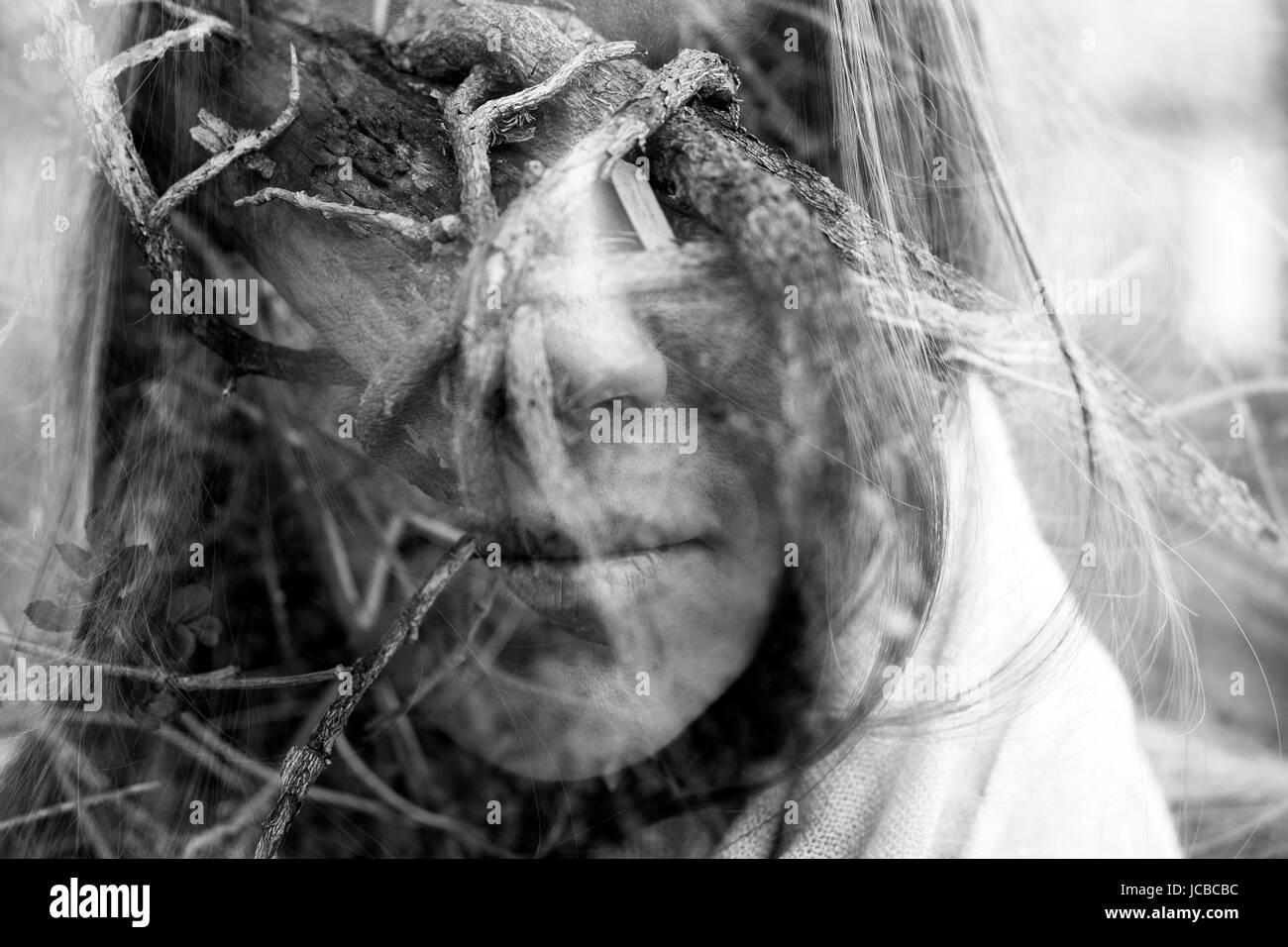 Doppelbelichtung kreatives Foto der traurige Frau Stockbild