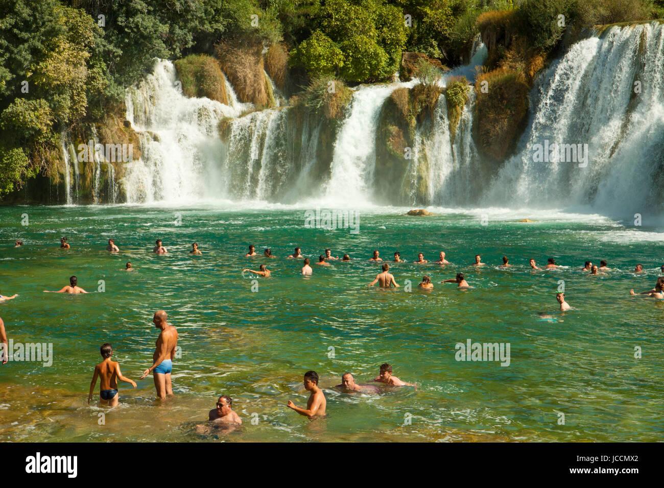 KRKA, KROATIEN - 17. AUGUST 2014. Touristen genießen Sie ein Bad im Krka Wasserfälle im Nationalpark Krka, große Stockfoto