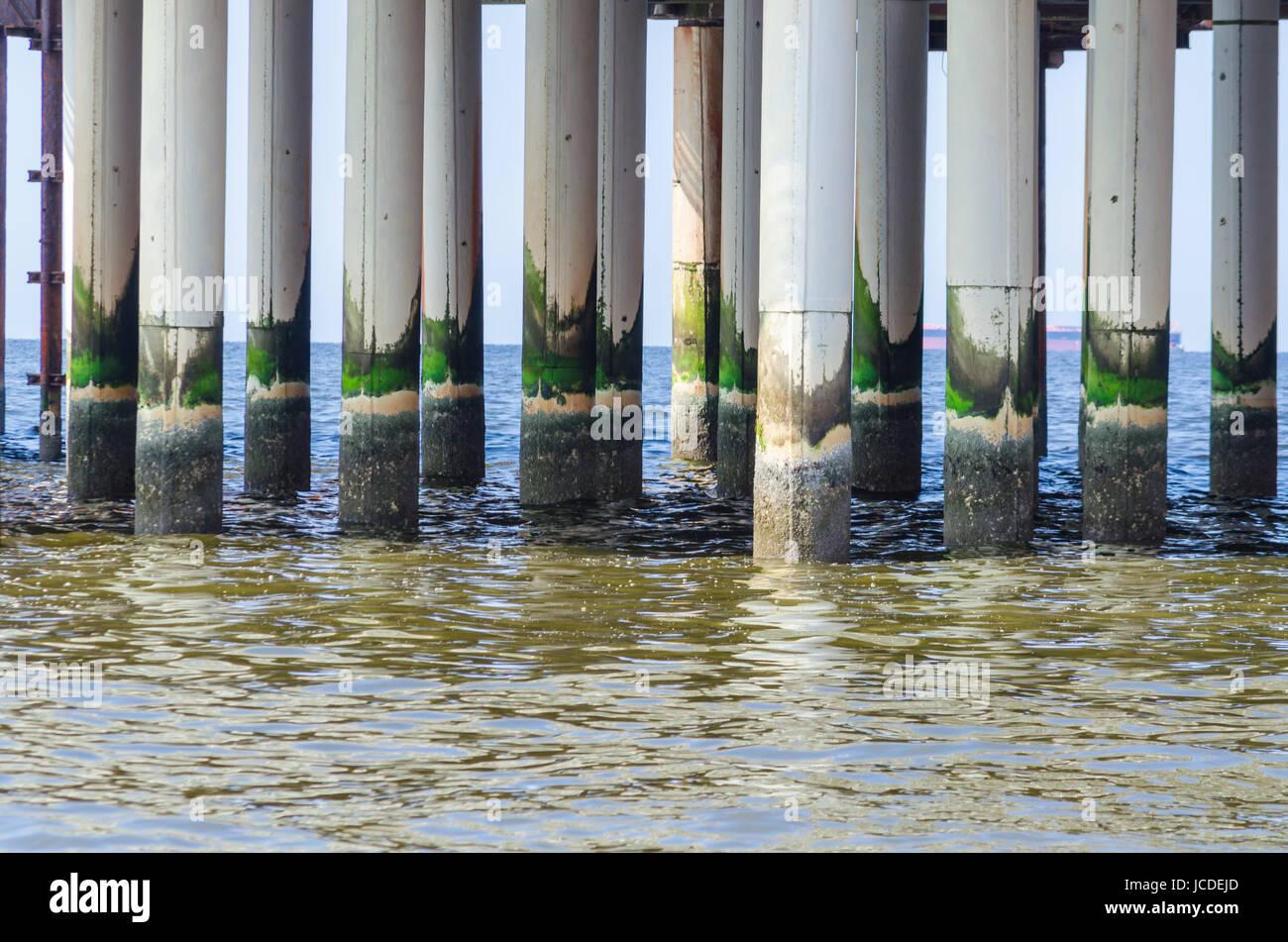 Betonstützen, Pfeiler der Alten Seebrücke in Scheveningen, Nederlande. Stockbild