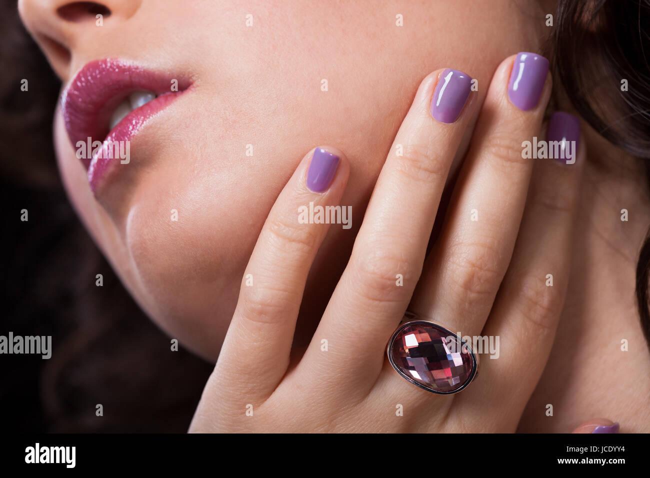 Nahaufnahme von Frauenhand mit Diamant-Ring und Nagellack Stockfoto ...