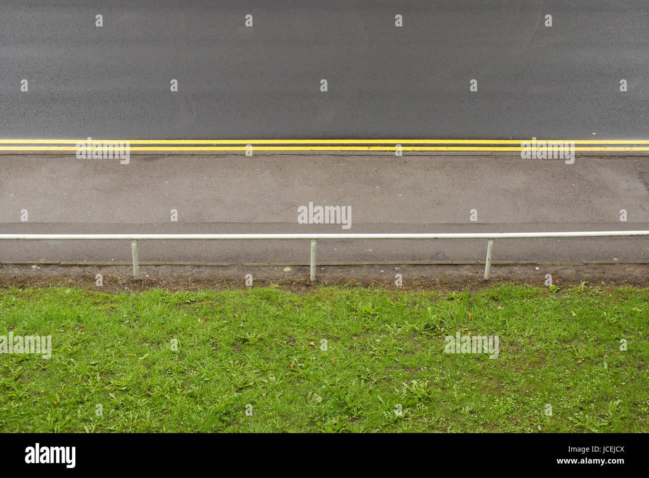 Doppelzimmer Mit Gelben Linien Für Das Parken Beschränkung Der Städtischen  Straße Mit Gehweg Und Grünfläche, Sheffield, Großbritannien