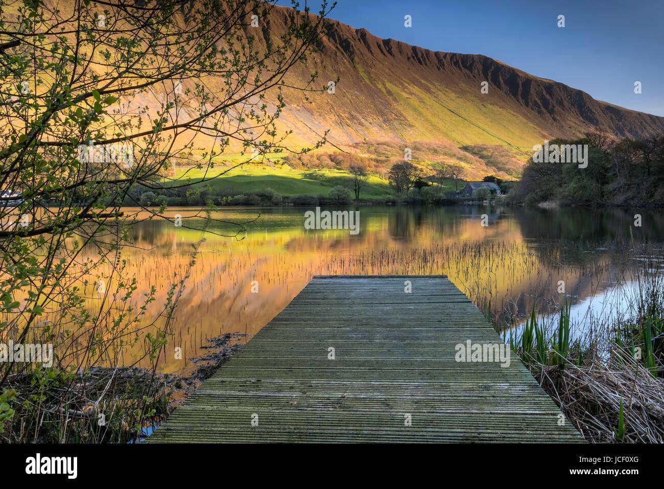 Tal y Llyn Lake unterstützt durch die imposanten Klippen von Graig Goch, Snowdonia-Nationalpark, Gwynedd, Nordwales Stockbild