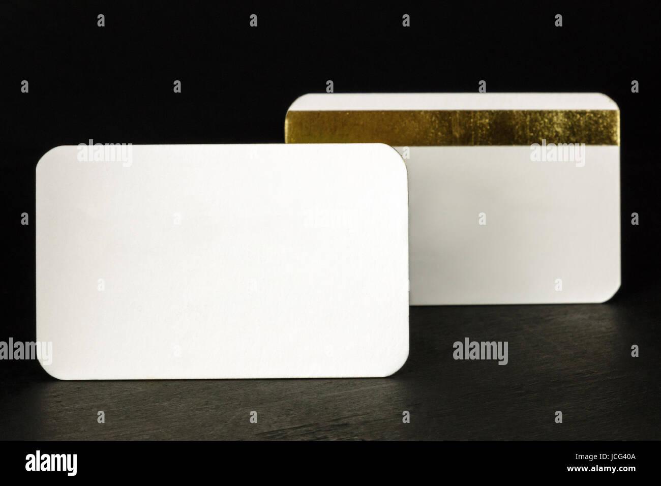 Ein Foto Von Zwei Leere Weiße Visitenkarten Mit Abgerundeten