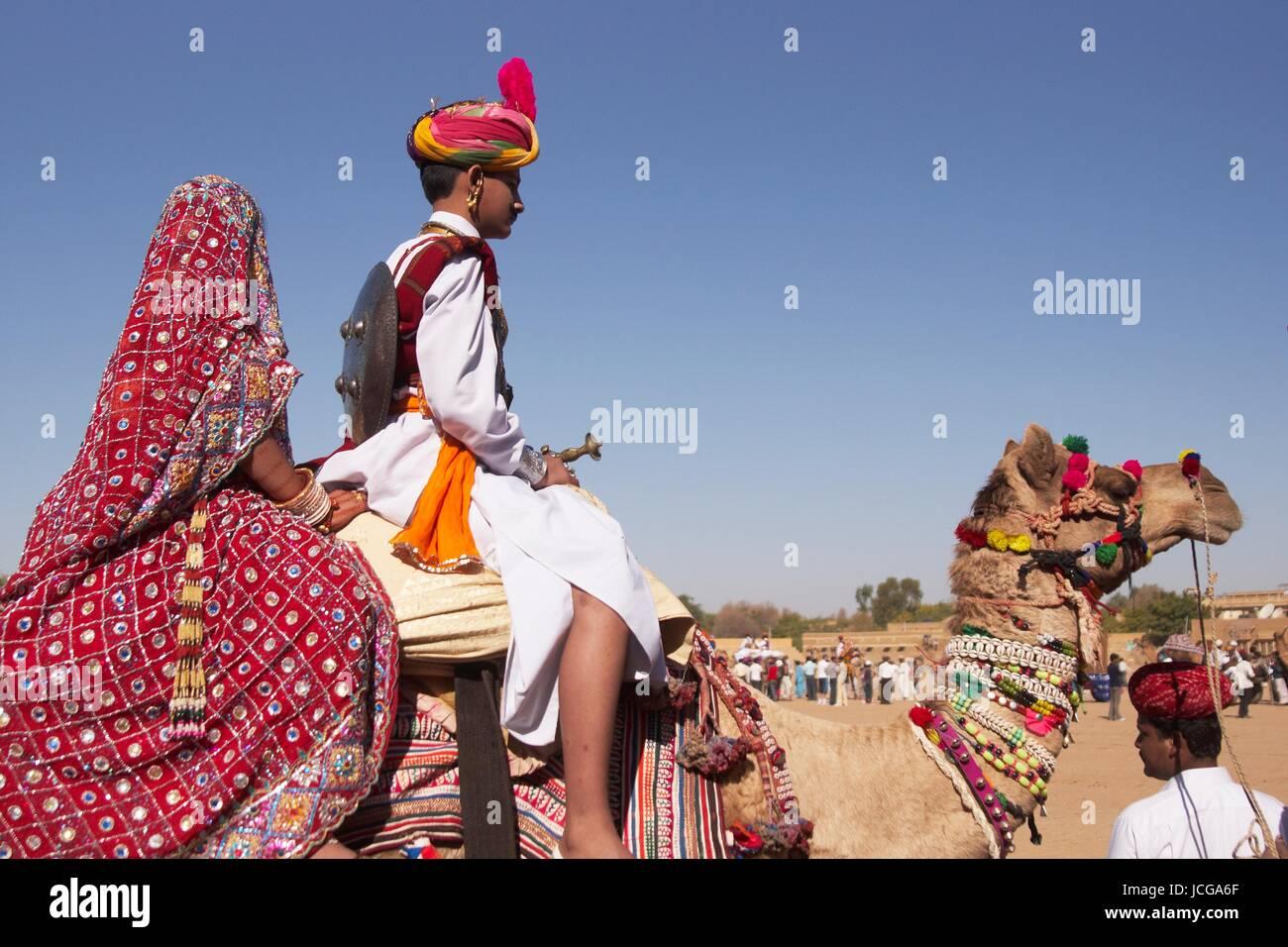 Indischen Jungen und Mädchen gekleidet in traditioneller Kleidung ...