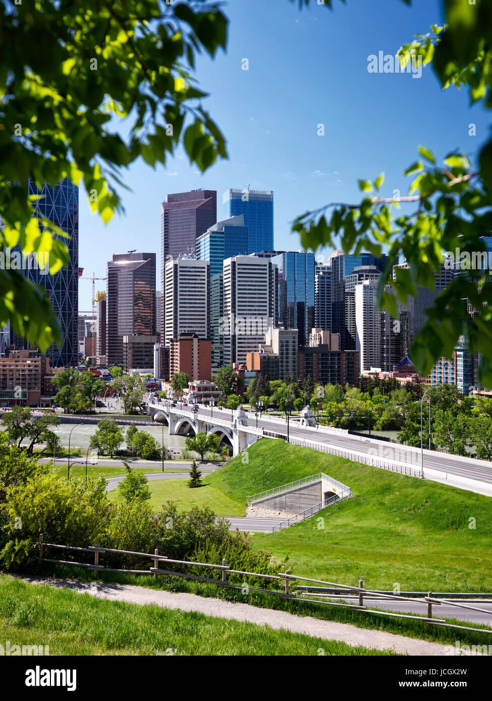 Künstlerische Sommer Landschaft mit Blick auf die Skyline von downtown Calgary Stadt und Centre Street Bridge Stockbild