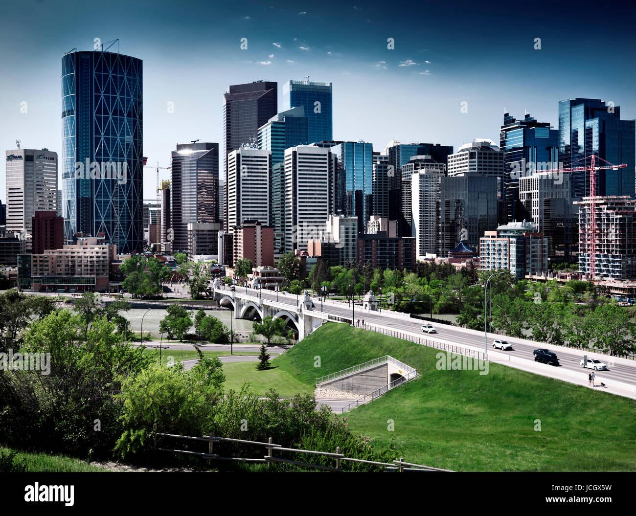 Stadt Innenstadt schöne Skyline von Calgary mit Centre Street Bridge über den Bow River künstlerische Stockbild