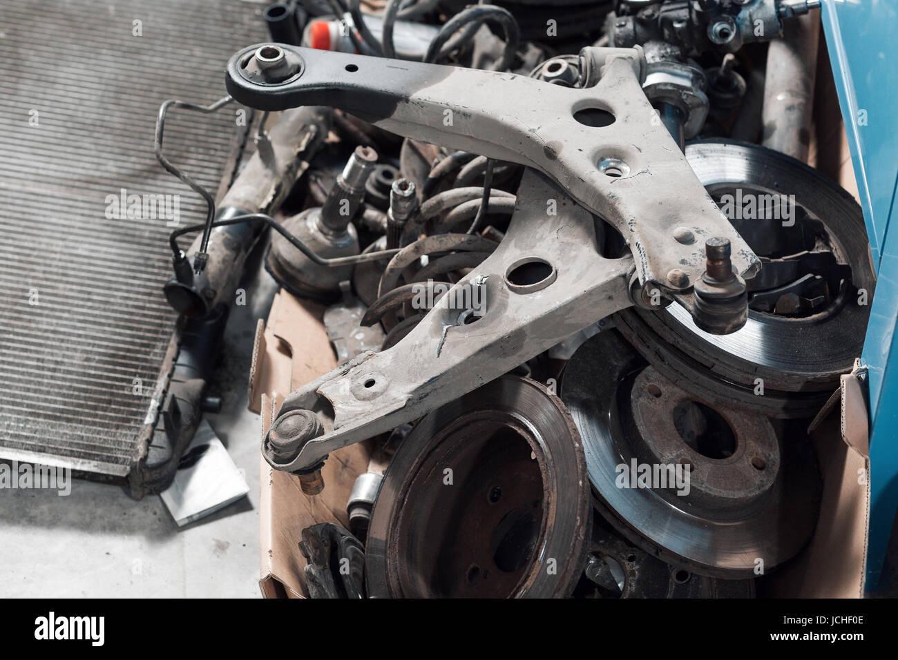 Viele alte Auto Ersatzteile in der Garage Stockfoto, Bild: 145443774 ...