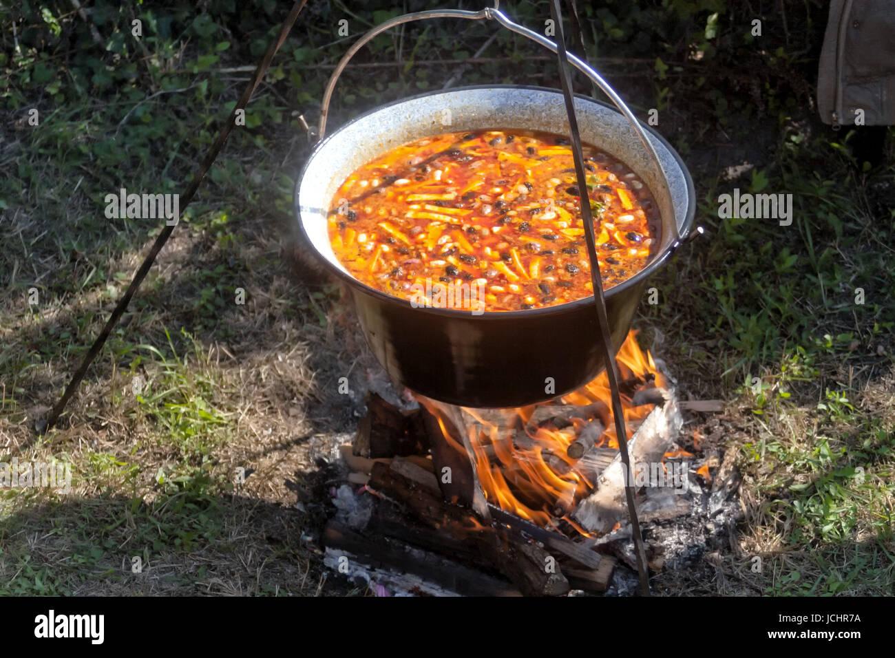 Bohne Gulasch in einem Kessel über offenem Feuer kochen Stockfoto ...