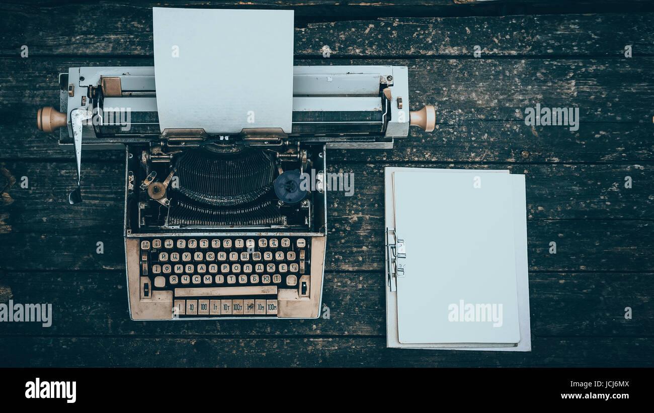vintage schreibmaschine held header auf holz hintergrund stockbild