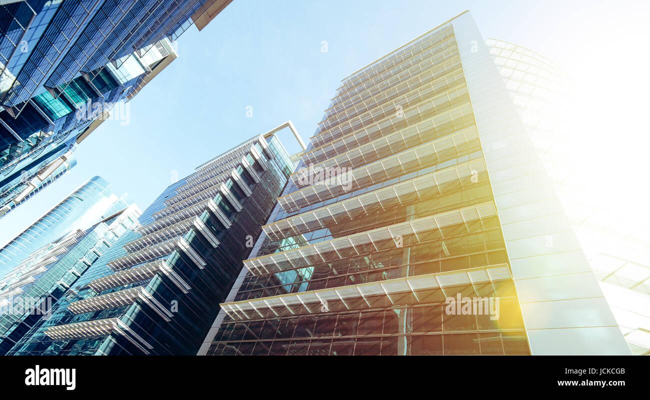 Gemeinsame moderne Wolkenkratzer, Hochhäuser, Architektur, die Erhöhung in den Himmel, Sonne. Konzepte Stockbild