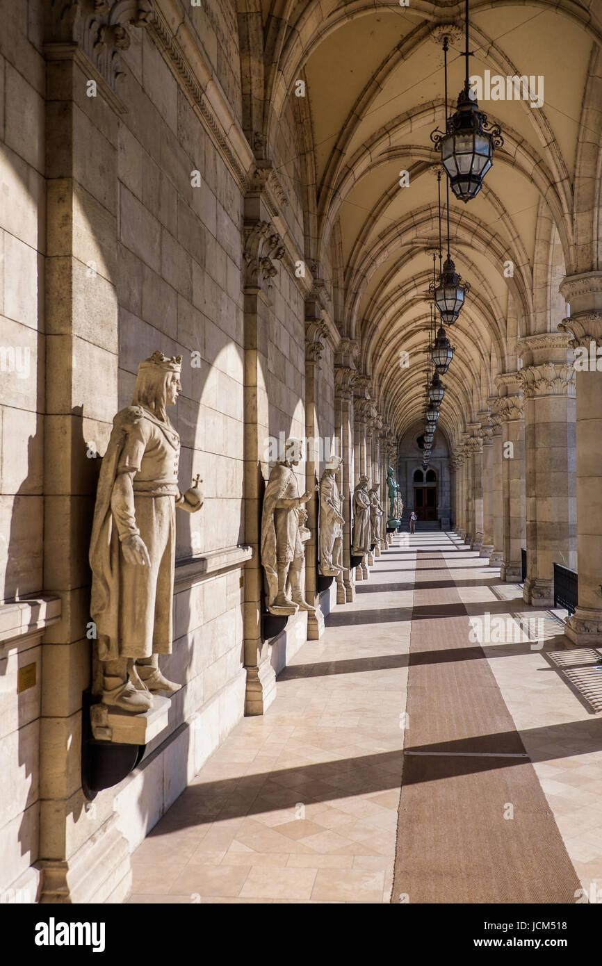BUDAPEST, Ungarn - AVRIL 16, 2016: Am Eingang der Bibliothek des Parlaments Stockfoto
