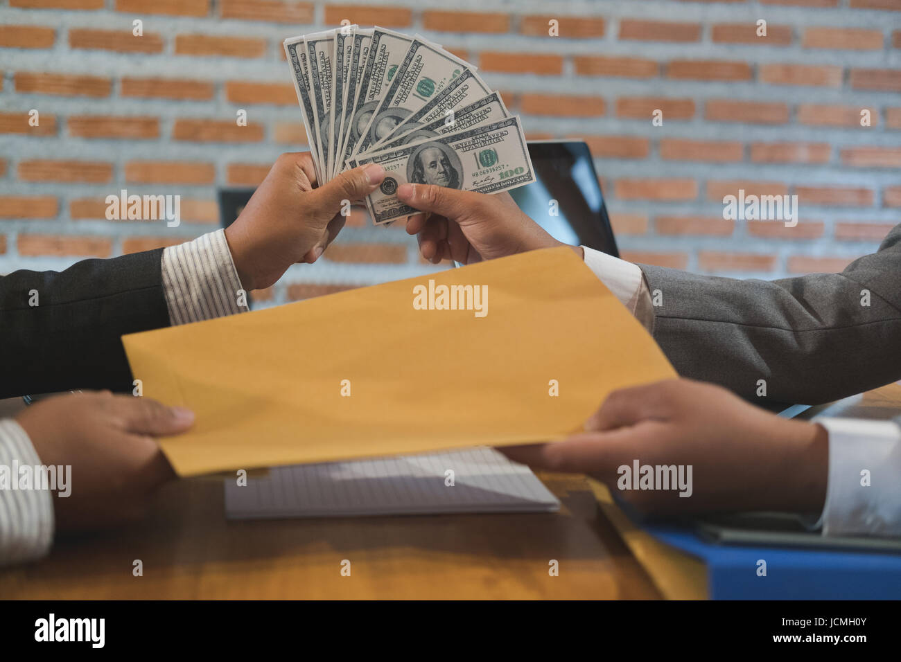 Geschäftsmann Empfangenden Umschlag Mit Geld Ein Mann Verleiht