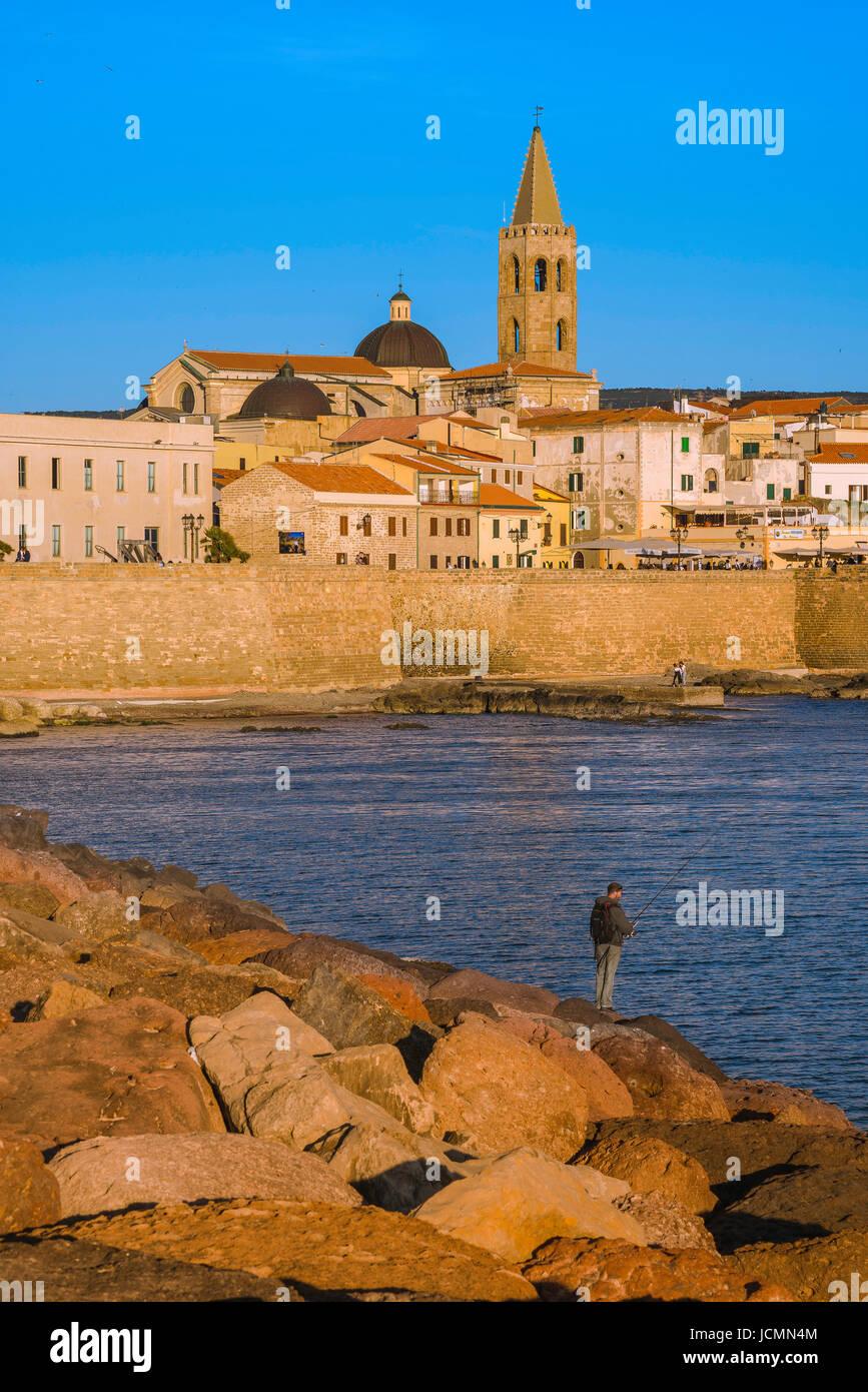 Alghero Sardinien, Blick auf die Skyline und den historischen Deich- oder Bastioni-entlang der westlichen Seite Stockbild