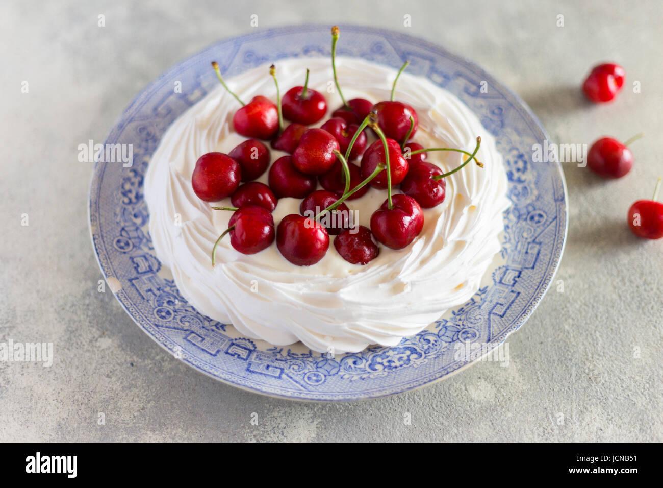 Pavlova mit frischen Kirschen Stockbild