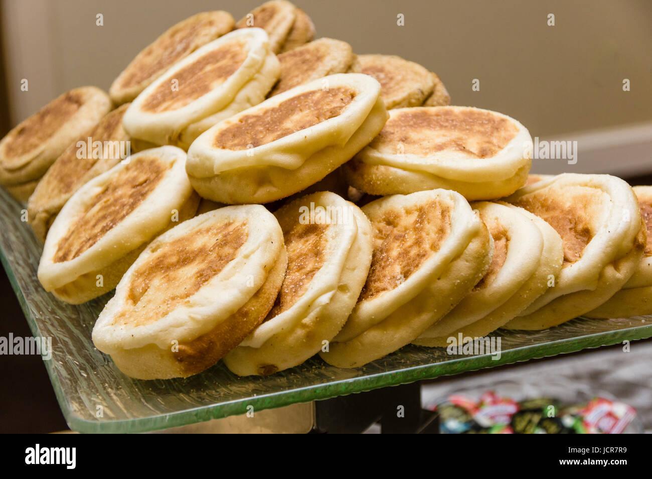 Tablett mit warmen englische Muffins in Linie zum Frühstück serviert Stockbild