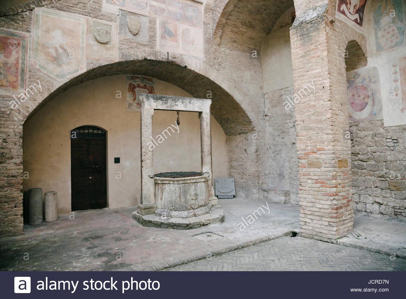 Alten Wasser gut in der Nähe der Piazza in San Gimignano. Stockbild