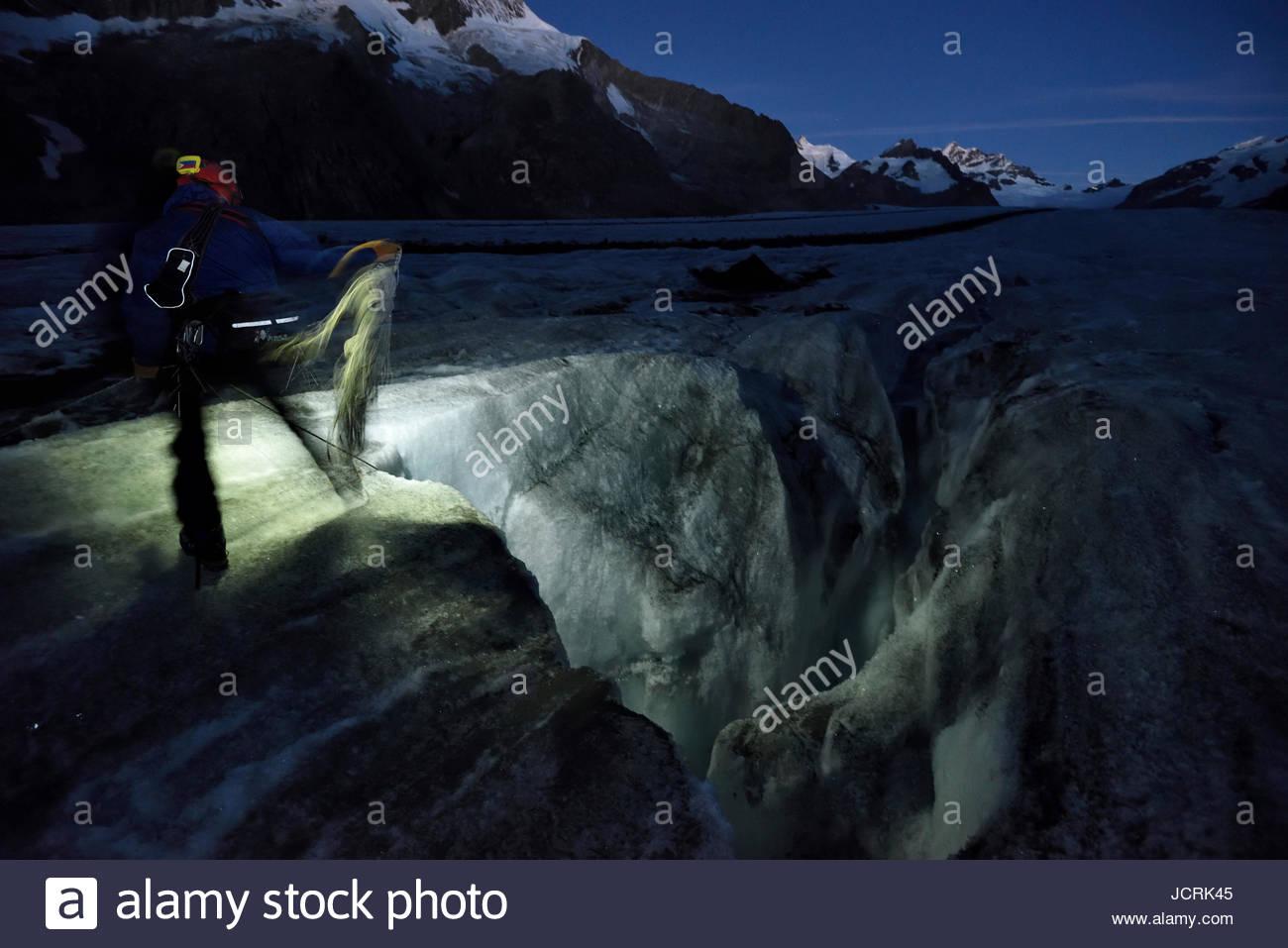 In den frühen Stunden des Morgens bereitet italienischer Höhlenforscher und Glaziologe Alessio Romeo, Stockbild