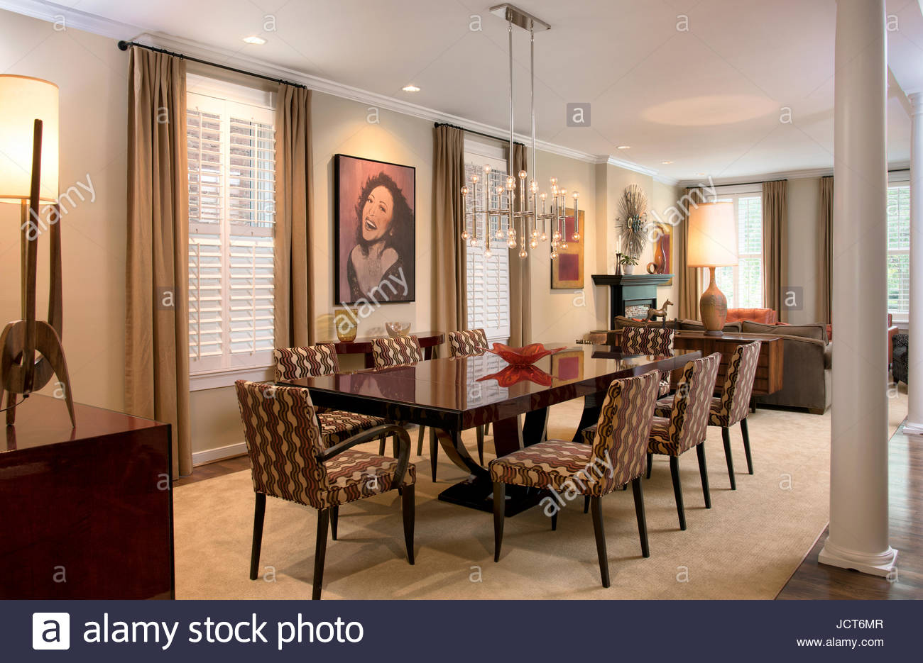 Im Modernen Speisesaal, Karl Springer Tisch, Jonathan Adler Kronleuchter,  Dakota Jackson Stühlen.
