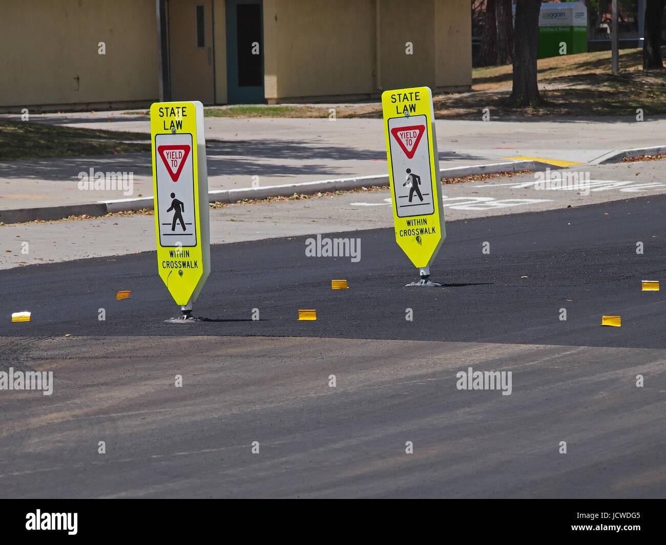Rendite bis Fußgängerzone Zeichen auf neue Zebrastreifen in Union City, Kalifornien, Stockbild