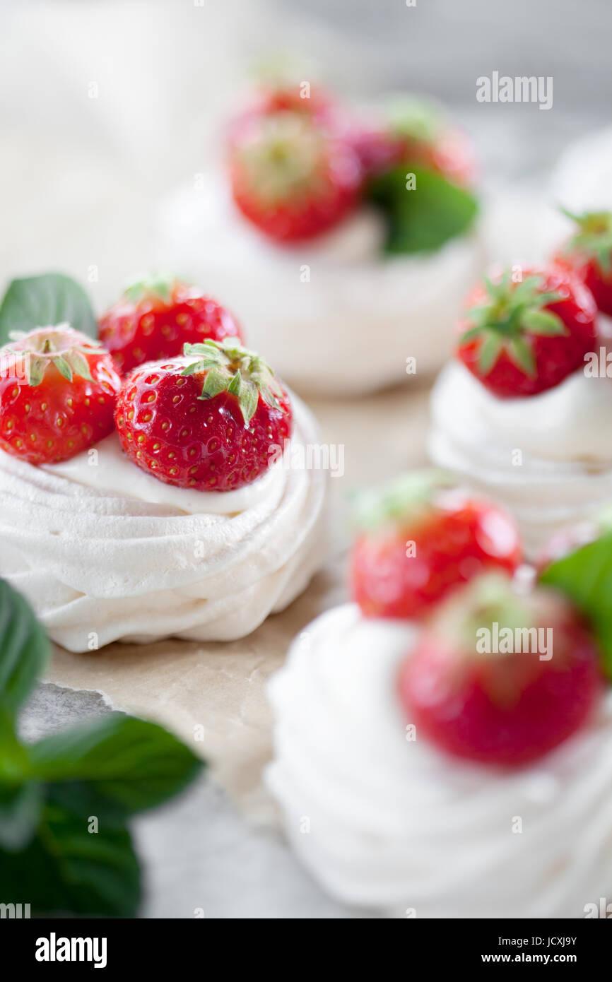 Mini Pavlova mit Erdbeeren und Minze Stockbild