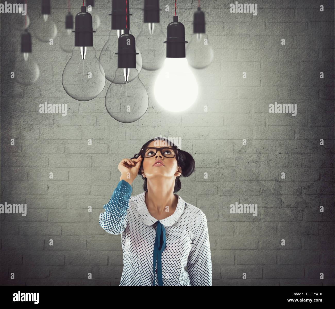 Geschäftsfrau mit leuchtenden Glühbirne Stockbild