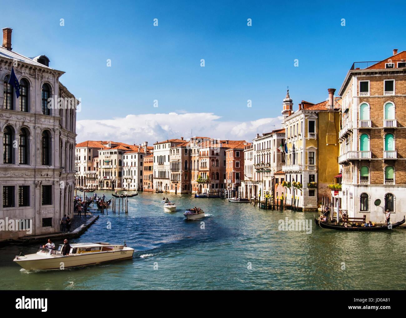 Venedig, San Marco.Grand Kanal, typisch venezianischen Landschaft mit verwitterten Häuser und großen Palästen, Stockbild