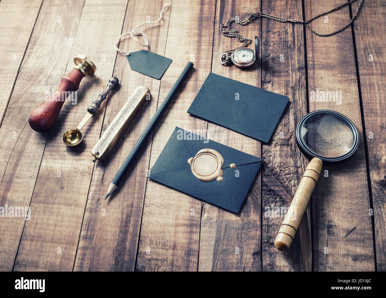 Vintage Stillleben. Briefpapier auf Holz Hintergrund gesetzt. Ansprechende Design-Mock-up für die Platzierung Ihrer Gestaltung. Stockfoto