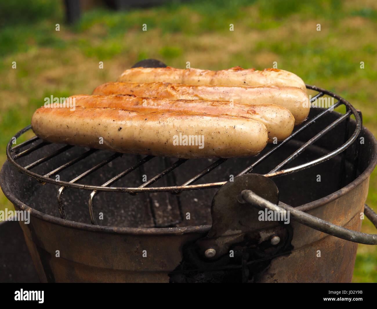 Barbecue Im Garten Mit Einem Hausgemachten Grill Eimer Stockbild