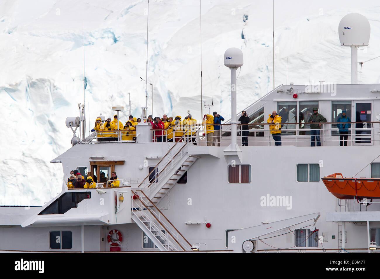 Kreuzfahrtschiff der Antarktis-Expedition mit Touristen anzeigen antarktischen Landschaft, antarktische Halbinsel. Stockbild
