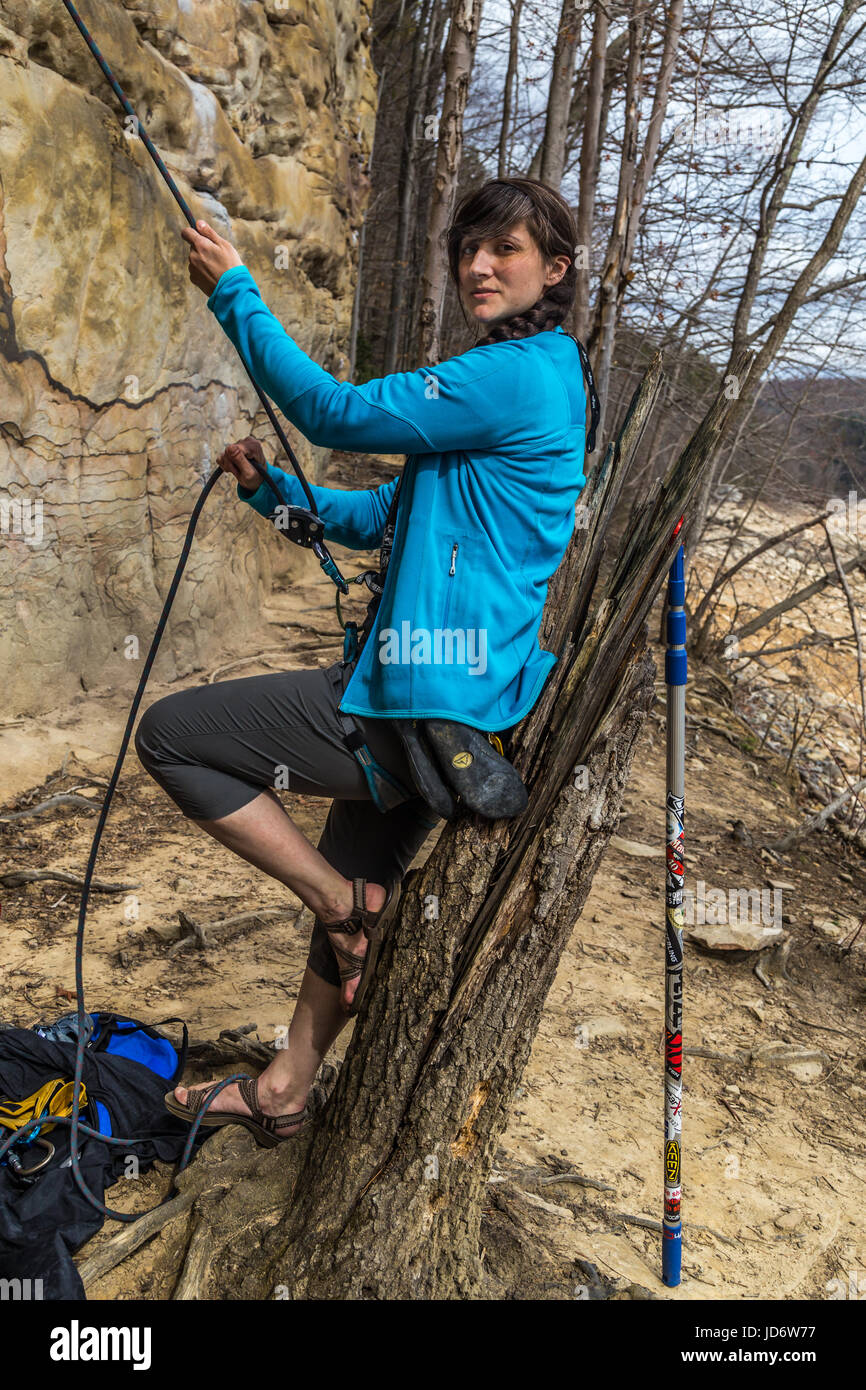 Frau belays Toprope Route in New River Gorge Stockbild