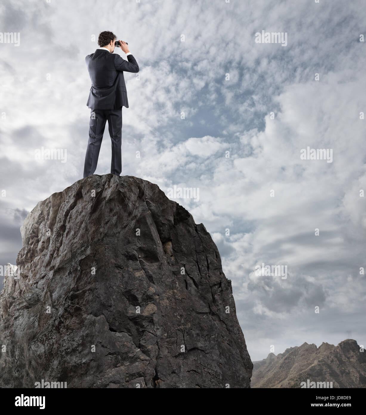 Geschäftsmann gesucht für neue Horizonte, neue Geschäftsmöglichkeiten Stockbild