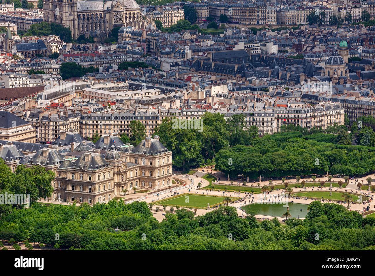 Blick von oben auf den berühmten Garten Jardin du Luxembourg und Palais du Luxembourg als typisch Paris Gebäude Stockbild