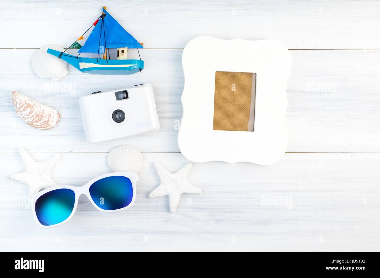 Strand-Accessoires (weiße Sonnenbrille, Seestern, Kamera, Boot ...