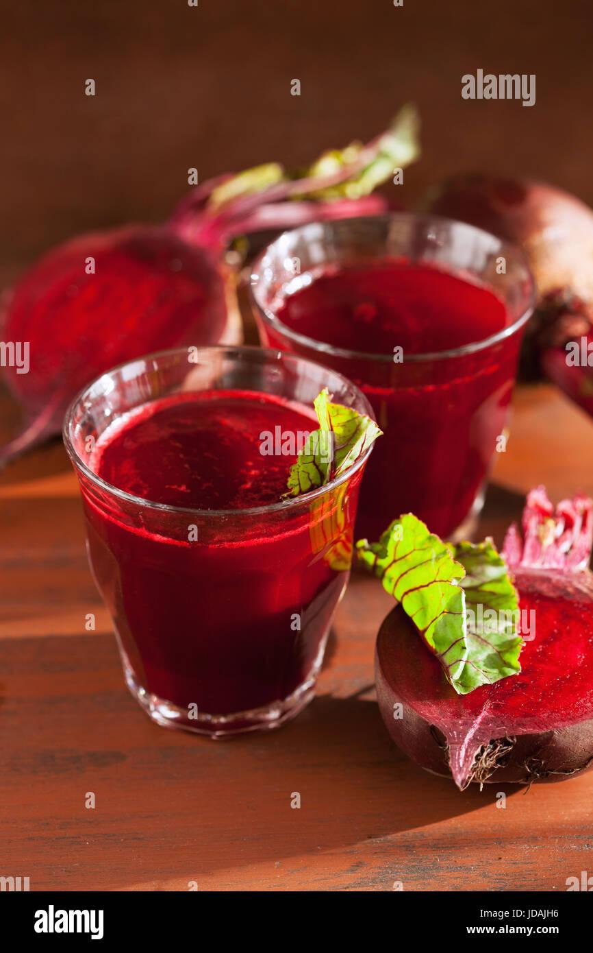 Frische gesunde rote Beete Saft und Gemüse Stockbild
