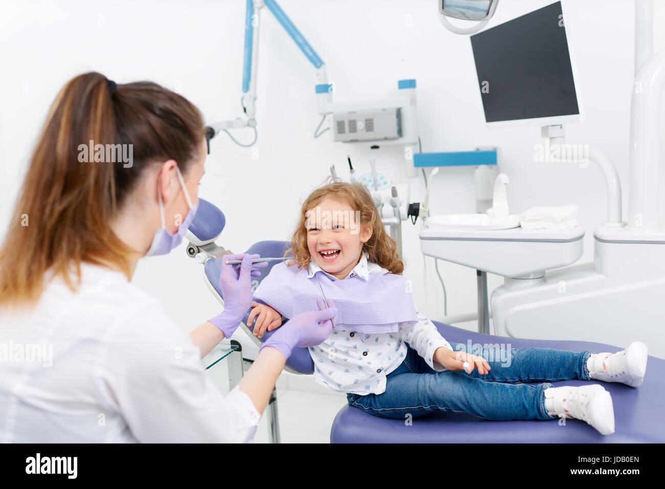 Lächelnden kleinen Patienten beim Zahnarzt Stockbild