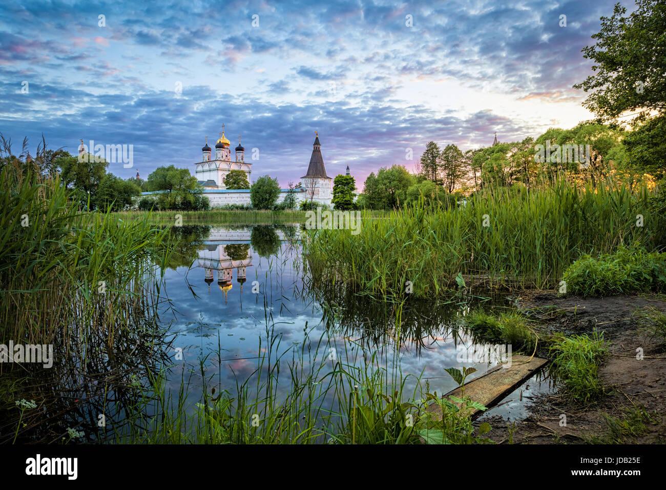 Joseph-Wolokolamsk Kloster im Teich reflektieren, Sonnenuntergang, Oblast Moskau, Russland Stockbild