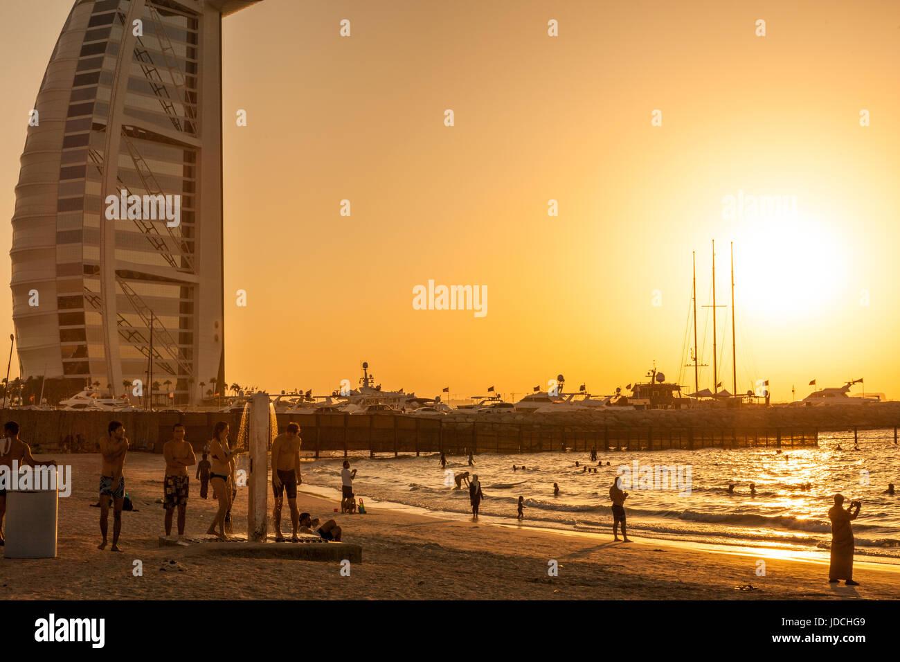 VAE/DUBAI - 26 SEP 2012 - Sonnenuntergang im berühmten Burj Al Arab Hotel, Sonnenuntergang im berühmten Stockbild