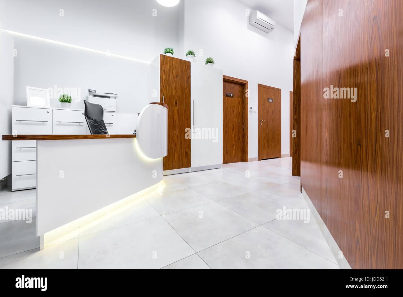 Weißer Bodenbelag rezeption der moderne klinik mit weißer bodenbelag