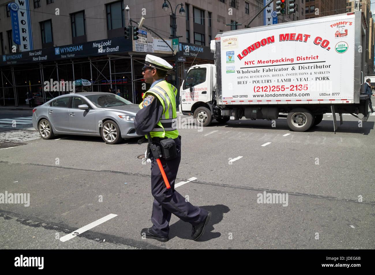 New York City Polizist regelt den Verkehr an belebten Kreuzung USA Stockbild